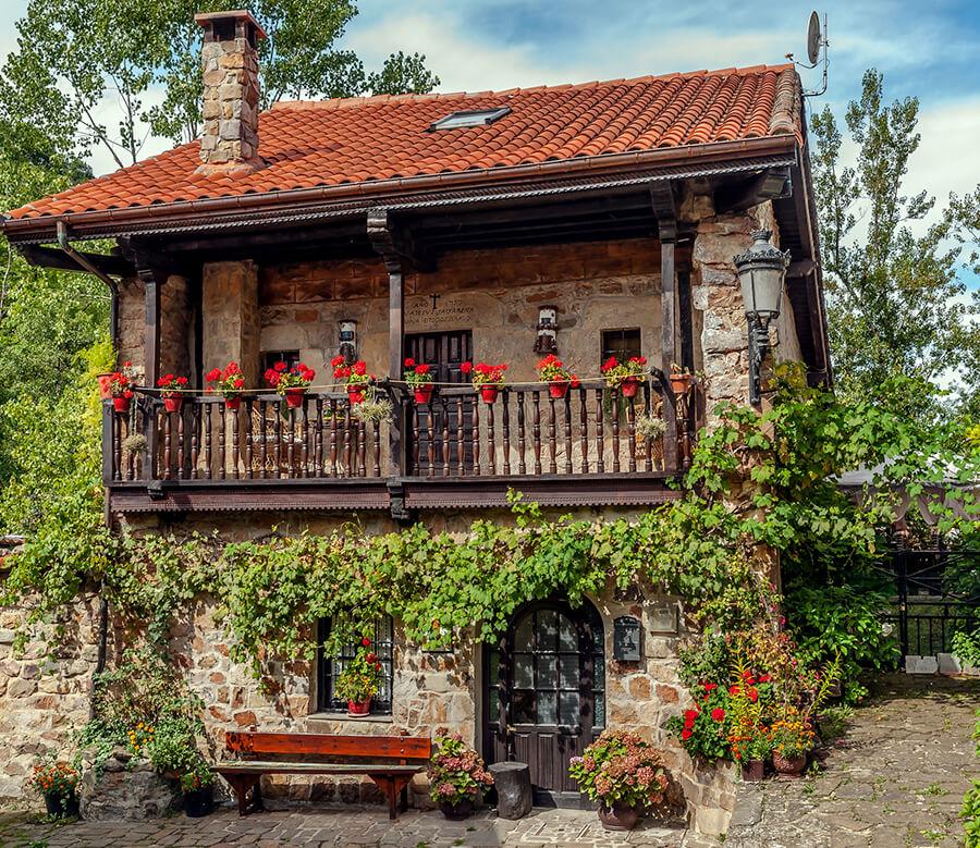 Bárcena Mayor casas balcones con flores