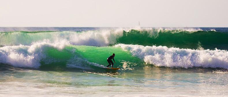 surf en playa de zurriola san sebastián