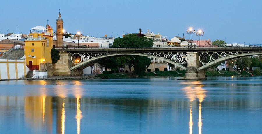 puente de Triana Sevilla anochecer